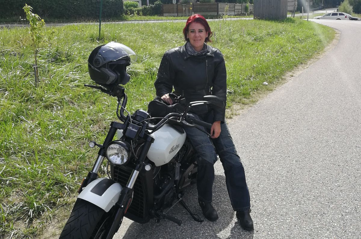 bikerinnen in leder